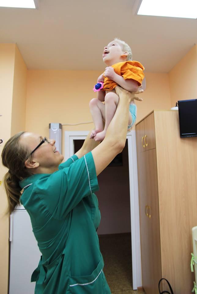 Няня-поднимает-малыша
